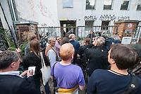 """Fluechtlingsprotest auf dem Dach der Gerhard-Hauptmann-Schule in der Ohlauer Strasse in Berlin-Kreuzberg.<br /> Seit dem 24. Juni 2014 haben harren Fluechtlinge und deren Unterstuetzer auf dem Dach der Gerhard-Hauptmann-Schule aus. Sie hatten sich geweigert dem sog. """"Freiwilligen Umzug"""" zu folgen, der vom Gruenen Bezirksstadtrat Hans Panhoff angeordnet worden war. Die Polizei war bei der als """"Umzug"""" geschoenten Raeumung mit gezogenen Maschinenpistolen angerueckt.<br /> Baustadtrat Panhoff hat am 1. Juli 2014 die polizeiliche Raeumung des Schulgebaeudes beantragt. Einige der Fluechtlinge haben angekuendigt, im Fall der Raeumung vom Dach zu springen. """"Wir haben nichts mehr zu verlieren!"""" sagen sie.<br /> Die Polizei hat seit dem 24. Juni mit ueber 1.000 Beamten saemtliche Strassen um die Schule abgeriegelt. Anwohner duerfen nur nach Personalienfeststellung in ihre Wohnungen, Geschaefte und Gewerbe koennen keine Kundschaft mehr empfangen. Anwohner die gegen das Vorgehen der Polizei protestieren werden von Beamten drangsaliert, geschlagen und verletzt. Mehrere Personen, darunter auch Kinder mussten zum Teil mit Kieferbruch ins Krankenhaus.<br /> Am Abend des 2. Juli 2014 konnte eine Einigung zwischen Fluechtlingen und Bezirksamt eine Einigung erziehlt werden, die den Fluechtlingen einen Verbleib im Hause garantiert. Daraufhin wurden die Polizeimassnahmen beendet.<br /> Im Bild: Journalistenm warten vor einem Zugang zur Schule auf ein Ergebnis der Verhandlung.<br /> 2.7.2014, Berlin<br /> Copyright: Christian-Ditsch.de<br /> [Inhaltsveraendernde Manipulation des Fotos nur nach ausdruecklicher Genehmigung des Fotografen. Vereinbarungen ueber Abtretung von Persoenlichkeitsrechten/Model Release der abgebildeten Person/Personen liegen nicht vor. NO MODEL RELEASE! Don't publish without copyright Christian-Ditsch.de, Veroeffentlichung nur mit Fotografennennung, sowie gegen Honorar, MwSt. und Beleg. Konto: I N G - D i B a, IBAN DE58500105175400192269, BIC INGDDEFFXXX, Kontakt: """