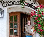 Deutschland, Bayern, Niederbayern, Deggendorf: Gert Eckert, Urgroßneffe des Gesundheitspfarrers Sebastian Kneipp und Enkel des Baerwurz-Erfinders, vor der Baerwurz-Brennerei Zum Baeren, der aeltesten Baerwurzdestille der Welt | Germany, Lower Bavaria, Deggendorf: Gert Eckert, great-grandnephew of  Sebastian Kneipp and grandson of the Baerwurz-inventor, in front of the oldest Baerwurz (strong spiwwit) distillery of the world 'Zum Baeren'