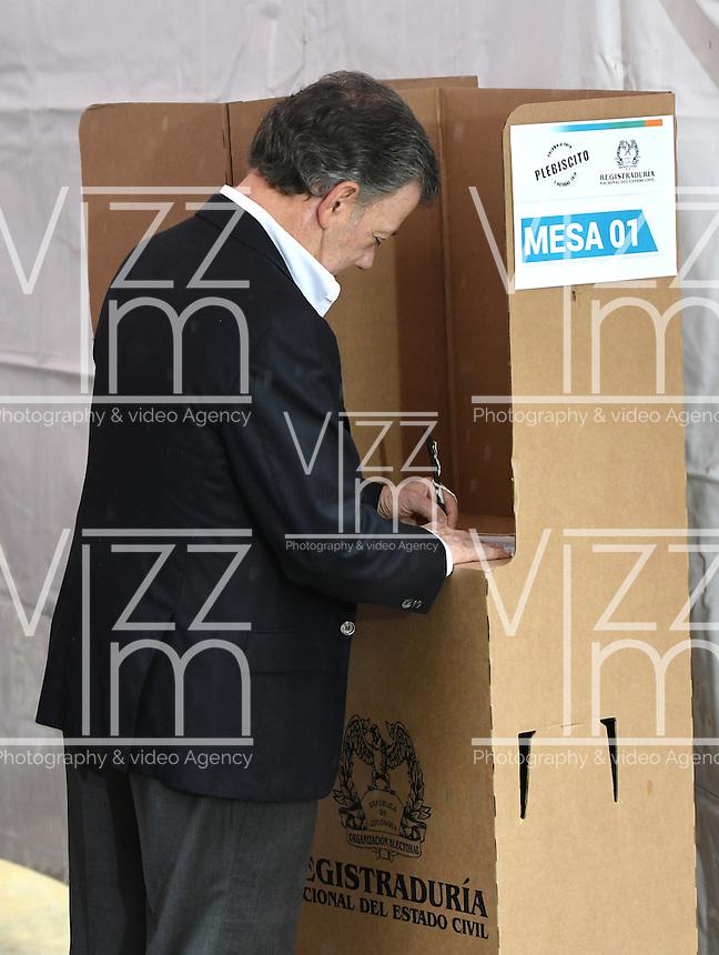 BOGOTA - COLOMBIA - 02 - 10 - 2016: Juan Manuel Santos, Presidente de Colombia, vota durante el Plebisto, escribiendo un nuevo capitulo en la historia del pais. Hoy los colombianos acuden a las urnas para decir SI o NO al acuerdo de Paz firmado entre el Gobierno y las Fuerzas Armadas Revolucionarias de Colombia Ejercito del Pueblo (FARC-EP) / Juan Manuel Santos, President of Colombia, vote for the Plebisto, writing a new chapter in the history of the country. Today Colombians go to the polls to say YES or NO to the peace agreement signed between the government and the Revolutionary Armed Forces of Colombia People's Army (FARC-EP) Photo: VizzorImage / Luis Ramirez / Staff.