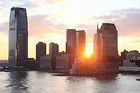 Blick auf New Jersey im Sonnenuntergang von der Norwegian Breakaway im Hudson River