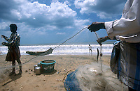 INDIA Tamil Nadu, Nagapattinam, coast fisherman with net at Beach / INDIEN Nagapattinam, Kuestenfischer leeren die Netze am Strand