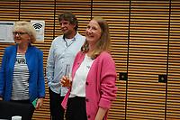SPD Direktkandidatin Melanie Wegling nimmt Glückwünsche entgegen - Gross-Gerau 26.09.2021: Ergebnisse Bundestagswahl im Kreistag