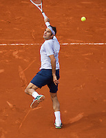 29-05-13, Tennis, France, Paris, Roland Garros,  Roger Federer hits a backhandsmash.