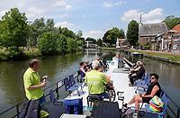 Nederland Stichtse Vecht- Oud-Zuilen - 2020. De Fietsboot voor fietsers en wandelaars op de Vecht. Vrijwilligers varen toeristen van plaats naar plaats.  Foto Berlinda van Dam / Hollandse Hoogte