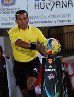 BOGOTA- COLOMBIA -16 -02-2014: Juan Gamarra, arbitro del partido Independiente Santa Fe y Deportivo Cali por la quinta fecha de la Liga Postobon I 2014, jugado en el Nemesio Camacho El Campin de la ciudad de Bogota. / Juan Gamarra, referee of a match Independiente Santa Fe and Deportivo Cali for the fifth date of the Liga Postobon I 2014 at the Nemesio Camacho El Campin Stadium in Bogoto city. Photo: VizzorImage  / Luis Ramirez / Staff