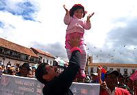 TUNJA -COLOMBIA. 31-05-2014. De nuevo las banderas con el tricolor colombiano volvieron a ondear, la gente se arremolinó frente a la pantalla ubicada en la Plaza de Bolívar de Tunja. La expectativa es mañana en la ultima etapa  del giro de Italia  cuando Nairo Quintana levante los brazos como Campeón de la Segunda carrera mas importante del mundo./ Again the Colombian tricolor flags waving again, people gathered in front of the screen located in the Plaza de Bolivar Tunja. The expectation is tomorrow the last stage of the Giro d'Italia when Nairo Quintana raise your arms as champion of the Second most important race in the world. Photo: VizzorImage/ Jose Miguel Palencia / Str