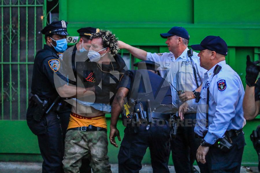 """NOVA YORK, EUA, 29.05.2020 - PROTESTO-NEW YORK - Manifestantes durante um protesto """"Black Lives Matter"""" no Brooklyn na cidade de Nova York nos Estados Unidos em indignação depois que George Floyd, um negro desarmado, morreu ao ser preso por um policial em Minneapolis que prendeu ele no chão com o joelho. Manifestações estão sendo realizadas nos EUA depois que George Floyd morreu sob custódia policial em 25 de maio 2020. No ato de New York alguns manifestantes foram presos e alguns policiais ficaram feridos. (Foto: Vanessa Carvalho/Brazil Photo Press)"""