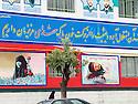Iran 2004.Sanandaj: peintures de propagande sur un batiment administratif.<br /> Iran 2004.Sanandaj: Paintings on a wall