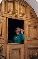 Europe/Suisse/Engadine/Celerina: Détail maison et femme devant sa porte