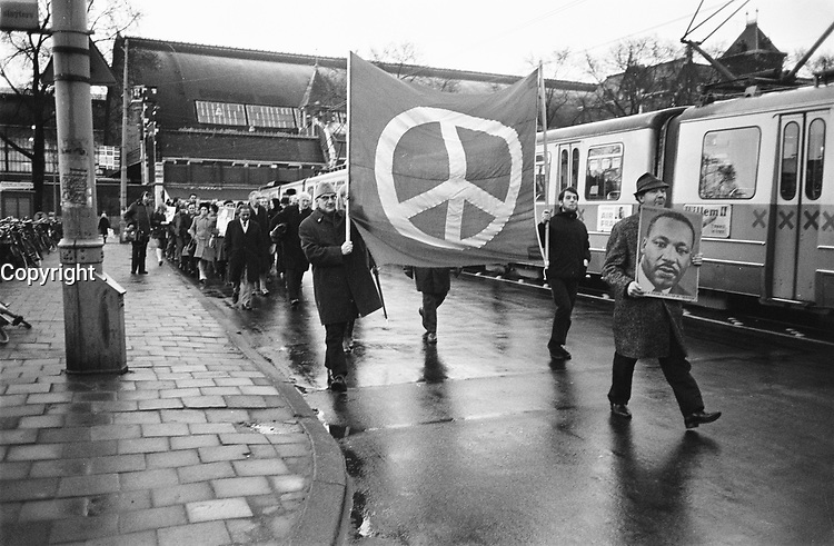 Second year Commemoration of Rev. Martin Luther King<br /> 1968 murder,  April 4, 1970 , Amsterdam. P<br /> <br /> <br /> Person names <br /> Photographer Koch, Eric / Anefo