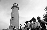 11.2006 Mahabalipuram (Tamil Nadu)<br /> <br /> Young tourists in the light house .<br /> <br /> Jeunes touristes au phare.