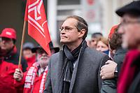 Mitarbeiter von Siemens in Berlin protestierten am Montag den 20. November 2017 vor dem Siemens-Turbinenwerk in Berlin-Moabit gegen die geplanten Entlassungen von ueber 300 Mitarbeitern.<br /> Im Anschluss an die Kundgebung vor dem Werkstor, an der auch den Regierende Buergermeister Michael Mueller (Im Bild) und die Wirtschaftssenatorin Ramona Pop teilnahmen, bildeten die Sienemsarbeiter eine Menschenkette um ihr Werk.<br /> An Dem Protest beteiligten sich auch Siemensarbeiter aus anderen betroffenen Standorten in Berlin wie dem Dynamowerk.<br /> 20.11.2017, Berlin<br /> Copyright: Christian-Ditsch.de<br /> [Inhaltsveraendernde Manipulation des Fotos nur nach ausdruecklicher Genehmigung des Fotografen. Vereinbarungen ueber Abtretung von Persoenlichkeitsrechten/Model Release der abgebildeten Person/Personen liegen nicht vor. NO MODEL RELEASE! Nur fuer Redaktionelle Zwecke. Don't publish without copyright Christian-Ditsch.de, Veroeffentlichung nur mit Fotografennennung, sowie gegen Honorar, MwSt. und Beleg. Konto: I N G - D i B a, IBAN DE58500105175400192269, BIC INGDDEFFXXX, Kontakt: post@christian-ditsch.de<br /> Bei der Bearbeitung der Dateiinformationen darf die Urheberkennzeichnung in den EXIF- und  IPTC-Daten nicht entfernt werden, diese sind in digitalen Medien nach §95c UrhG rechtlich geschuetzt. Der Urhebervermerk wird gemaess §13 UrhG verlangt.]