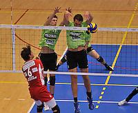 Volley Team Menen - Hotvolleys Wenen : Jolan Cox en Jelle Sinnesael (rechts) blokken de smash van Mathias Kienbauer (links) af<br /> foto VDB / Bart Vandenbroucke