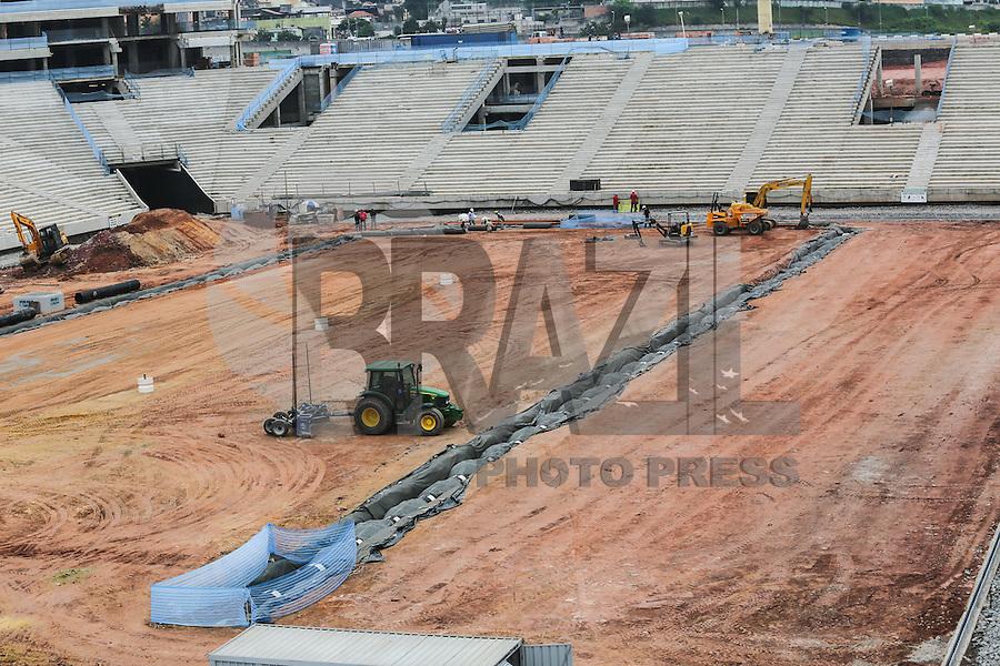 SAO PAULO, SP, 11 DE ABRIL 2013 - COPA 2014 - OBRAS ITAQUERÃO - Operarios trabalham na construção da Arena São Paulo (Itaquerão), estádio que abrigará a abertura da Copa do Mundo de 2014 na região leste da capital paulista, nesta quinta-feira, 11. (FOTO: WILLIAM VOLCOV / BRAZIL PHOTO PRESS).