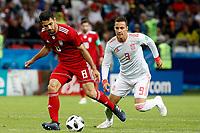KAZAN - RUSIA, 20-06-2018: Morteza POURALIGANJI (Izq) jugador de RI de Irán disputa el balón con RODRIGO (Der) jugador de España durante partido de la primera fase, Grupo B, por la Copa Mundial de la FIFA Rusia 2018 jugado en el estadio Kazan Arena en Kazán, Rusia. /  Morteza POURALIGANJI (L) player of IR Iran fights the ball with RODRIGO (R) player of Spain during match of the first phase, Group B, for the FIFA World Cup Russia 2018 played at Kazan Arena stadium in Kazan, Russia. Photo: VizzorImage / Julian Medina / Cont