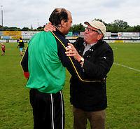 Hooglede - KSV Veurne : vreugde bij Veurne na de promotie op het veld van Hooglede  - voorzitter Lieven Platevoet neemt zijn trainer John Vanmullem vast.foto BART VANDENBROUCKE / VDB