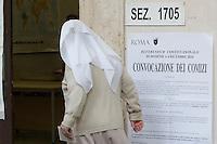 Una suora entra in un seggio elettorale per votare in occasione del referendum costituzionale, a Roma, 4 dicembre 2016.<br /> A nun enters a polling station on the occasion of the constitutional referendum, in Rome, 4 December 2016.<br /> UPDATE IMAGES PRESS/Riccardo De Luca