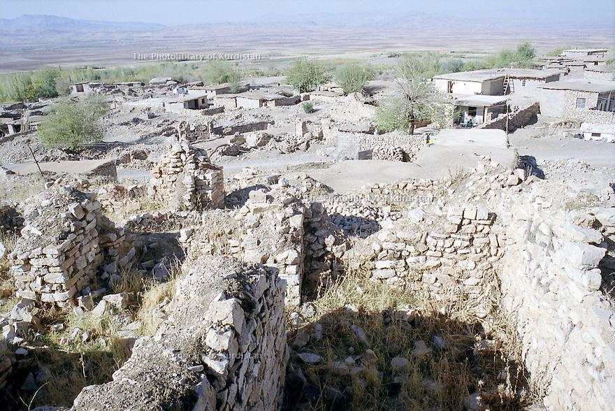 Irak 2000.Au premier plan les ruines d'Hanab rasée par l'armée irakienne et au fond la nouvelle ville .      Iraq 2000. Ruins of Hanab bombed by the Iraqis and new houses