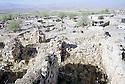 Irak 2000  Au premier plan les ruines d'Hanab rasée par l'armée irakienne et au fond la nouvelle ville .      Iraq 2000. Ruins of Hanab bombed by the Iraqis and new houses