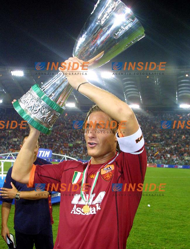 Roma 19/08/2001<br /> Supercoppa di Lega 2001<br /> Roma-Fiorentina 3-0<br /> Francesco Totti con la coppa