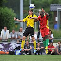 Sporting Menen - KV Oostende : kopduel tussen Xavier Luisint (rechts) en Thomas Lubaszka (links)<br /> foto VDB / Bart Vandenbroucke