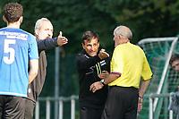 Ned Kostro (Königstädten) wird von Schiedsrichter Norbert Hartmann ermahnt, daneben gestikuliert Dennis Verzay (Trebur) lautstark -  Königstädten 19.09.2021: Alemannia Königstädten vs. SG Trebur-Astheim