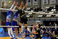 27-03-2021: Volleybal: Amysoft Lycurgus v Draisma Dynamo: Groningen Dynamo speler Jeroen Rauwerink slaat de bal door het blok met Lycurgus speler Luke Herr
