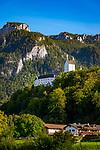 Deutschland, Bayern, Oberbayern, Aschau im Chiemgau: beliebter Urlaubsort im Priental. Von hier startet die Kampenwandbahn auf die 1.669 m hohe Kampenwand, Teil der Chiemgauer Alpen, mit herrlichem blick ueber den Chiemsee. Das Schloss Hohenaschau throhnt auf einem Huegel oberhalb des Ortes | Germany, Bavaria, Upper Bavaria, Aschau im Chiemgau: popular resort in Prien Valley with cable car to the Kampenwand (1.669 m), part of the Chiemgau Alps. Castle Hohenaschau sitting atop the village