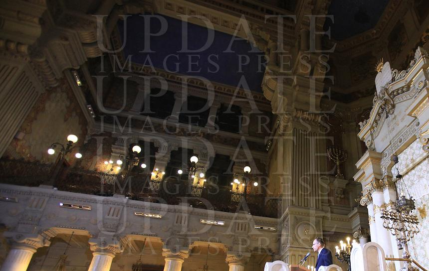 Il Presidente del Consiglio Enrico Letta parla durante un incontro con la Comunita' Ebraica romana insieme al Primo Ministro israeliano nel Tempio Maggiore, Roma, 1 dicembre 2013.<br /> Italian Premier Enrico Letta meets the Roman Jewish Community with Israeli Prime Minister at the Great Synagogue, Rome, 1 December 2013.<br /> UPDATE IMAGES PRESS/Isabella Bonotto