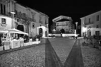 Benevento - Arco di Traiano - Non solo è il massimo monumento della città, ma uno dei migliori esemplari dell'arte traianea ed il più insigne arco onorario romano. Ha un solo fornice. Fu eretto, come attesta l'iscrizione ripetuta sull'attico delle due fronti, dal senato e dal popolo romano nel 114 all'inizio della nuova via Traiana, per ricordare ed esaltare il governo dell'optimus princeps, e terminato nel 117. I piloni sono decorati con bassorilievi; in particolare la faccia dei piloni rivolta verso la città presenta scene di pace, l'altra scene militari.