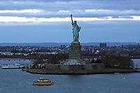 Statue of Liberty/Freiheitsstatue auf Liberty Island im Sonnenuntergang von der Norwegian Breakaway im Hudson River