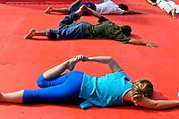 Prática de Yoga ao ar livre, São Paulo. 2004. Foto de Juca Martins.