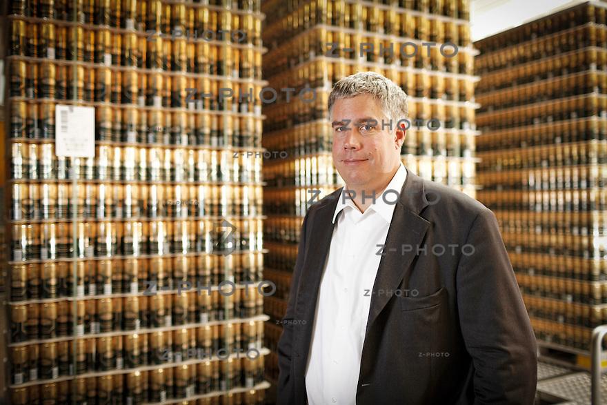 27.6.2014 HOCHDORF / LU PORTRAIT VON CHRISTIAN CONSONI CEO VON RAMSEIER SUISSE AG, RAMSEIER HOLDING IM HINTERGRUND DIE AUTOMATISCHE HOCHGESCHWINDIGKEITS ABFUELLANLAGE IN NIFFEL, HOCHDORF LU<br /> <br /> COPYRIGHT © ZVONIMIR PISONIC