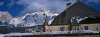 Europe/Italie/Trentin Haut-Adige/Dolomites/Alta Badia/La Villa:  Ciastel Colz et Massif des Dolomites .Dans ce Château se trouve un restaurant
