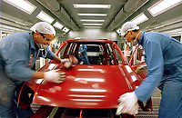 Operários fazem a Limpeza do Primer na linha de montagem  da Fábrica da Ford instalada no polo industrial do município de Camaçarí na Bahia para produção dos modelos Eco sport e Fiesta.<br />Foto Paulo Santos/Interfoto<br />09/06/2003<br />Camaçarí, Bahia Brasil