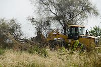 ETHIOPIA Gambela, village Pukong, ethiopian government is leasing large farm land to investors for farming of cotton and maize, deforestation of bush forest / AETHIOPIEN Gambella, Dorf Pukong, die aethiopische Regierung verpachtet grosse Landflaechen an Investoren, Abholzung von Buschwald mit Bulldozer