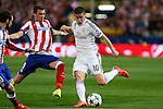 Atletico de Madrid's Mandzukic (L) and Real Madrid´s James Rodriguez during quarterfinal first leg Champions League soccer match at Vicente Calderon stadium in Madrid, Spain. April 14, 2015. (ALTERPHOTOS/Victor Blanco)