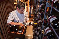 Amérique/Amérique du Nord/Canada/Québec/Montréal: Normand Laprise du  Restaurant: Toqué! dans la cave de son restaurant - 3000 références et plus de 10000 bouteilles [Non destiné à un usage publicitaire - Not intended for an advertising use]