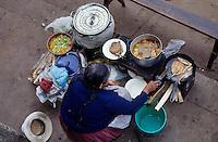 Amérique/Amérique du Sud/Pérou/Urubamba : Marchande préparant ses plats sur le marché
