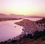 Greece, Attica, Saronic Islands, Island Poros: View over Poros-Town and harbour at sunset | Griechenland, Attika, Saronischen Inseln, Insel Poros: Die Stadt Poros mit Hafen bei Sonnenuntergang