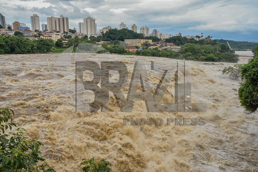 PIRACICABA, SP, 22.02.2016 - RIO DE PIRACICABA - A vazão do Rio Piracicaba está em  352 m3 de água por segundo, de acordo com o site do Consórcio PCJ, que monitora os rios Piracicaba, Capivari e Jundiaí, no Interior do Estado de São Paulo, nesta segunda-feira, 22. (Foto: Mauricio Bento/Brazil Photo Press)