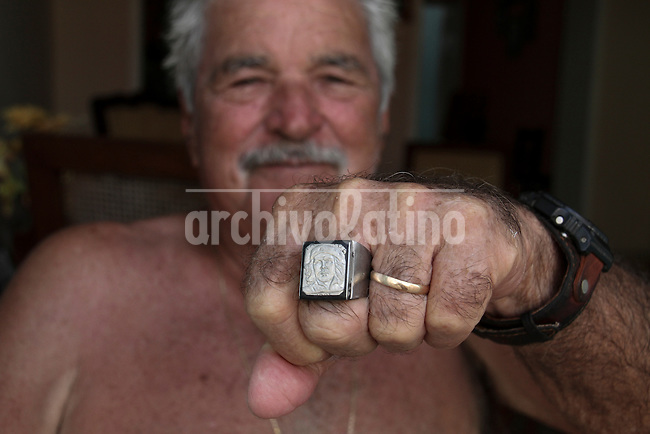 A man shows a ring with the face of revolutionary Enrnesto Che Guevara