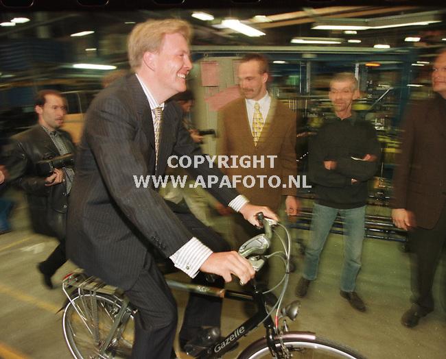 dieren 070499 10 miljoenste fiets bij gazelle <br />na de montage van de 10miljoenste fiets maakte willem alexander een ritje door de fabriek. foto frans ypma.