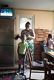 Das Maedchen lebt zurzeit bei ihrer Grossmutter. Diese Jahr hat sie ihren ersten Schultag. / Eine der 25 Waldorfschulen Rumäniens liegt in dem fast ausschließlich von Roma bewohnten Dorf Rosia in der Mitte des Landes. Anders als in Deutschland kommen die Schüler nicht aus bürgerlichen Familien, sondern meist aus einfachen Verhältnissen.