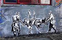 Nederland  Amsterdam   2021.   De NDSM-Werf.  Graffiti is hier toegestaan. Kerstman met infuus wordt weggedragen door zorgmedewerkers. Graffiti van N888K.    Foto Berlinda van Dam / HH / ANP.