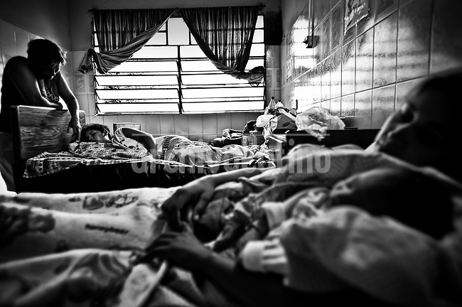 With clothes, blankets and food brought by their families, young girls recover from their birth without the necessary attention. . Con ropa de calle, frazadas y alimentos que les llevan sus familiares, las adolescentes se recuperan de sus partos sin la atención necesaria. Paraguay is along with Haiti, the country with more babies death during their delivery. The country also leads the statistics of young mothers.On the other side, ilegal abortion is the main cause of death of women under 19 years old.