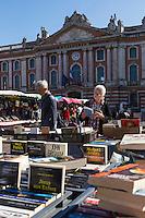 France, Haute-Garonne (31), Toulouse, la place du Capitole,  Bouquinistes sur le marché // France, Haute Garonne, Toulouse, Capitole square, Booksellers on the market