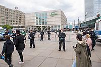"""Am Samstag den 16. Mai 2020 demonstrierten in Berlin an mehreren Orten linke und antifaschistische Organisationen wie die """"Omas gegen Rechts"""", die """"Vereinigung der Verfolgten des Naziregimes/Bund der Antifaschisten"""" (VVN/BdA) und """"Berlin gegen Rechts"""" gegen sog. """"Hygiene-Demonstrationen"""", welche sich gegen die Einschraenkungen zur Eindaemmung der Covid-19-Pandemie richten. An diesen """"Hygiene-Demonstrationen"""" nehmen Verschwoerungsanhaenger, Hooligans, Neonazis und andere Rechte teil.<br /> Im Bild: Die Polizei hat auf dem Alexander-Platz in Berlin-Mitte antifaschistischen Protest weitraeumig umstellt. Hier findet sonst Protest von """"Hygiene-Demonstraten"""" statt.<br /> 16.5.2020, Berlin<br /> Copyright: Christian-Ditsch.de<br /> [NUR FUER REDAKTIONELLE ZWECKE! Werbung nur auf Anfrage beim Fotografen. Inhaltsveraendernde Manipulation des Fotos nur nach ausdruecklicher Genehmigung des Fotografen. Vereinbarungen ueber Abtretung von Persoenlichkeitsrechten/Model Release der abgebildeten Person/Personen liegen nicht vor. NO MODEL RELEASE! Don't publish without copyright Christian-Ditsch.de, Veroeffentlichung nur mit Fotografennennung, sowie gegen Honorar, MwSt. und Beleg. Konto: I N G - D i B a, IBAN DE58500105175400192269, BIC INGDDEFFXXX, Kontakt: post@christian-ditsch.de<br /> Bei der Bearbeitung der Dateiinformationen darf die Urheberkennzeichnung in den EXIF- und  IPTC-Daten nicht entfernt werden, diese sind in digitalen Medien nach §95c UrhG rechtlich geschuetzt. Der Urhebervermerk wird gemaess §13 UrhG verlangt.]"""