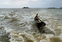 - pirogue in navigation in the Bluefields lagoon, on Atlantic coast ....- piroga in navigazione nella laguna di Bluefields (costa atlantica)....