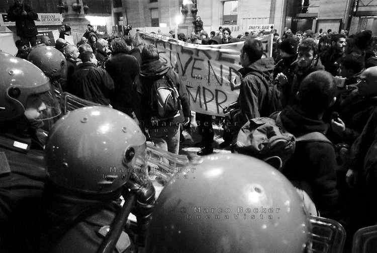 milano, studenti in stazione centrale chiedono e ottengono un treno a prezzo politico con cui andare alla manifestazione nazionale contro la riforma dell'istruzione che si terrà il giorno dopo a roma --- milan, students in central station asking and finally obtaining a train to rome at subsidized price, in order to participate on the next day at the demonstration against the school reform